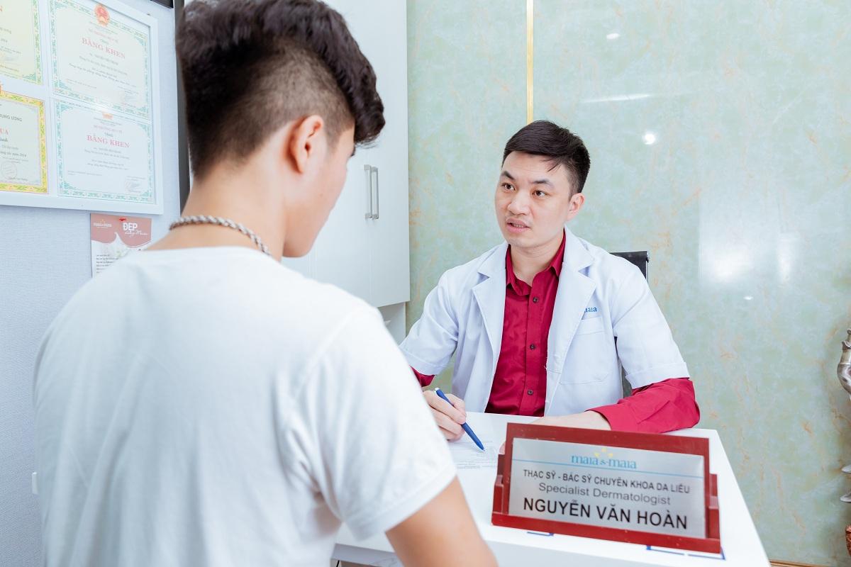 Bác sĩ chuyên khoa da liễu thăm khám cho khách hàng