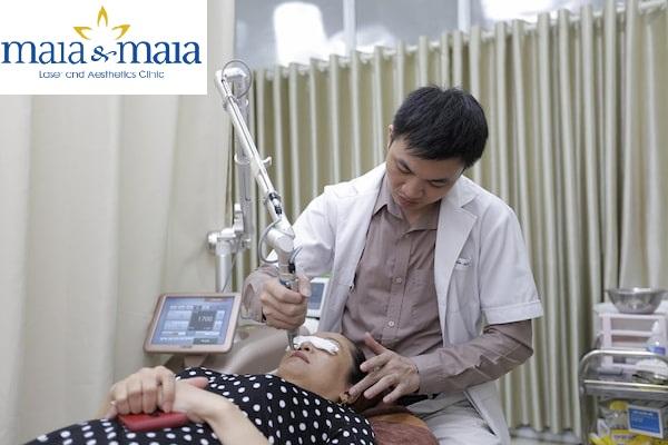 Hình ảnh: Thạc sĩ – Bác sĩ Nguyễn Văn Hoàn đang hỗ trợ điều trị bớt sắc tố
