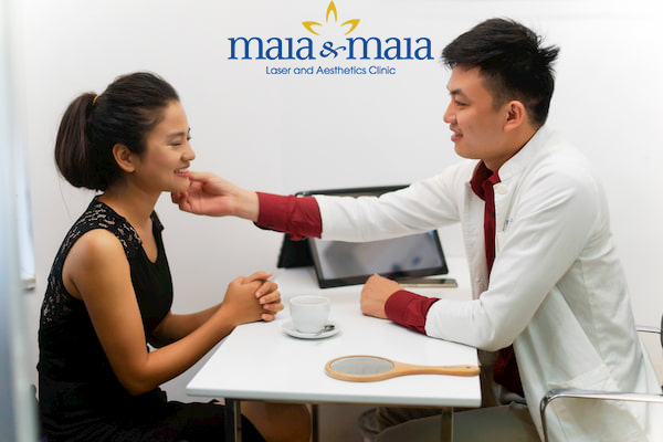 Hình ảnh: Ths.Bs Nguyễn Văn Hoàn đang thăm khám cho bệnh nhân.