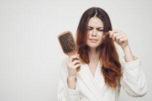 Những chấn thương, cú sốc lớn hoặc bệnh lý tiềm ẩn đều có thể là nguyên nhân khiến tóc bị mọc chậm