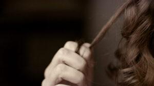 Hạn chế kéo tóc để ngăn ngừa rụng tóc